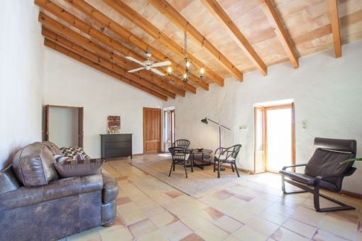 Wohnbereich mit Holzbalkendecke