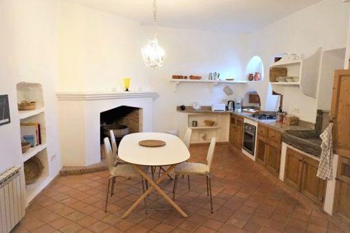 Gemütliche Küche mit Essbereich und Kamin
