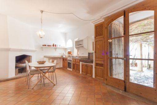 Offene Küche mit Esszimmer und Kamin