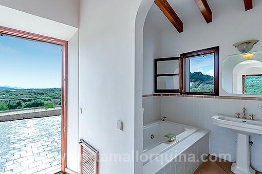 Badezimmer mit Zugang zur Terrasse