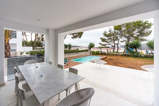 Gerade fertiggestelltes Erdgeschoss-Apartment in erster Meereslinie direkt am Sandstrand von Alcúdia