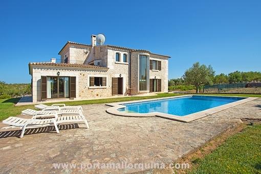 Die im traditionellen Stil erbaute Finca verfügt über einen eigenen Pool