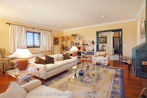Wohnzimmer mit elegantem Parkettboden