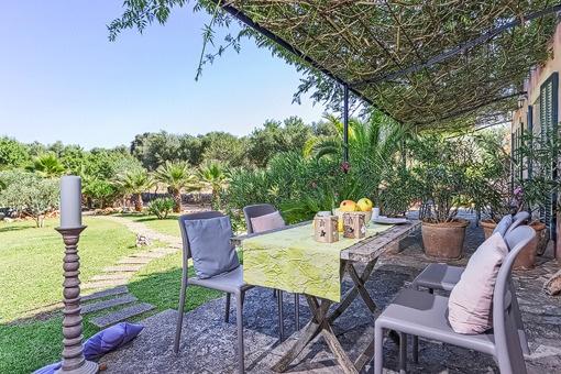 Idyllische Terrasse mit Blick in den Garten