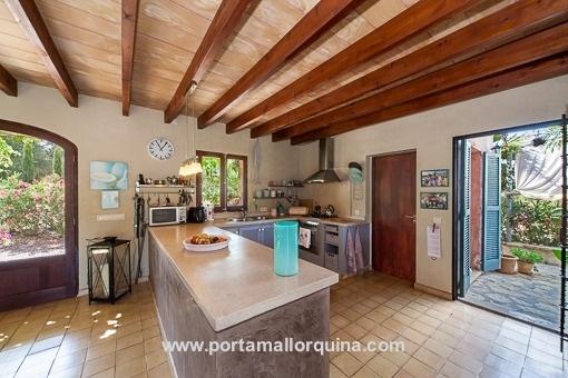 Offene Küche mit Terrassenzugang
