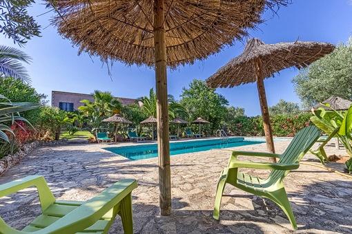 Terrasse und Poolbereich im typisch mallorquinischen Stil