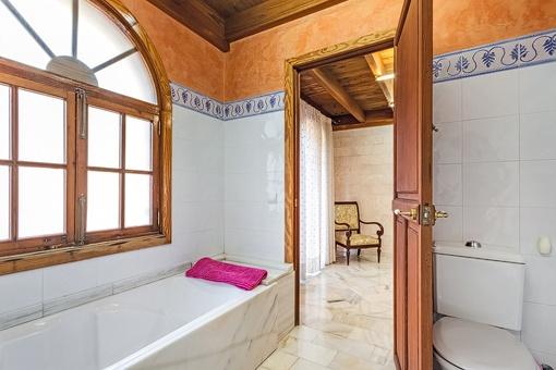 Modernes Badezimmer mit Badewanne