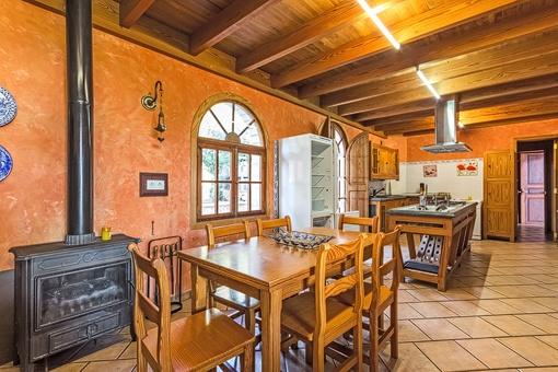 Gemütlicher Essbereich mit Kamin in der Küche