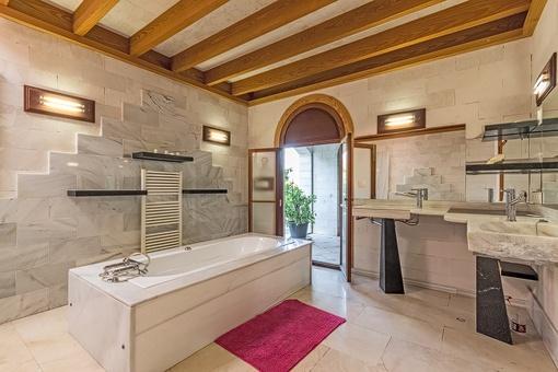 Exklusives Badezimmer mit Badewanne und Terrassenzugang