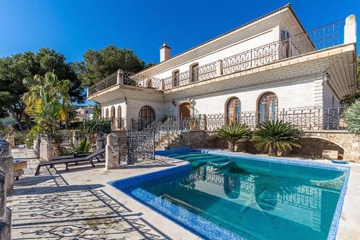 Blick auf die Villa vom Pool aus