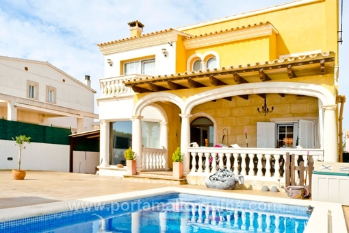 Neuwertiges Haus mit Kamin und Pool - möbliert oder unmöbliert