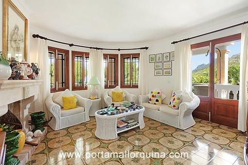 Wohnzimmer mit Kamin und Terrasssenzugang