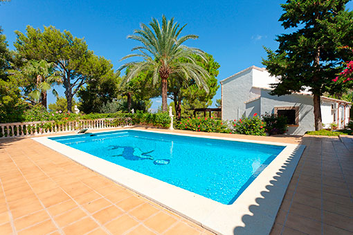 Swimmingpool umgeben von einer Sonnenterrasse