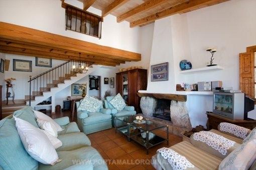 Wohnzimmer mit rustikalem Ambiente