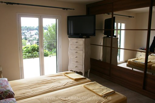 helle und gro z gige villa mit pool. Black Bedroom Furniture Sets. Home Design Ideas