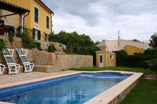 Großzügige und helle Villa mit Pool