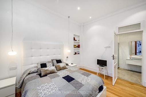 stilvolle altbauwohnung mit hohen decken hochwertig renoviert. Black Bedroom Furniture Sets. Home Design Ideas