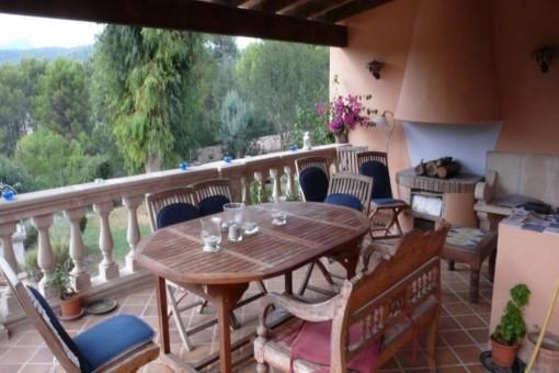 Großer Essbereich auf dem Balkon