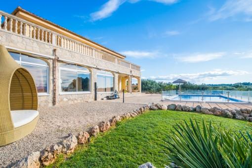 Moderne Finca im Top-Zustand in Muro mit Panoramablick auf die Sierra de Tramunanta und die Möglichkeit einer Vermietlizenz