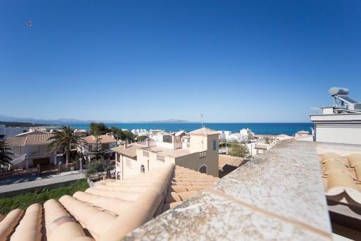 Geräumige Neubauvilla mit Meerblick in Strandnähe von Son Serra de Marina