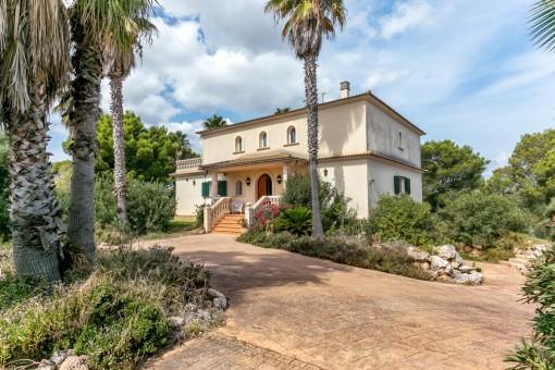 Elegante Auffahrt zur Villa