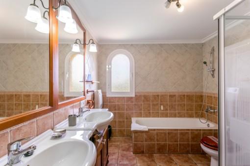 Charmantes Hauptbadezimmer mit Doppelwaschbecken und Dusche
