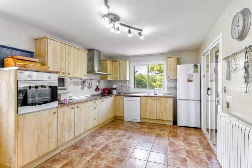 Voll ausgestattete Küche mit Fliesenboden