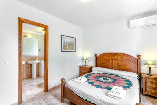 Geräumiges Hauptschlafzimmer mit Badezimmer en Suite