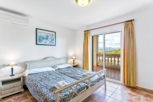 Eines von vier Schlafzimmern mit Doppelbett