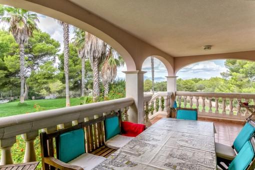Wunderschöne Terrasse mit Zugang zur Gartenanlage