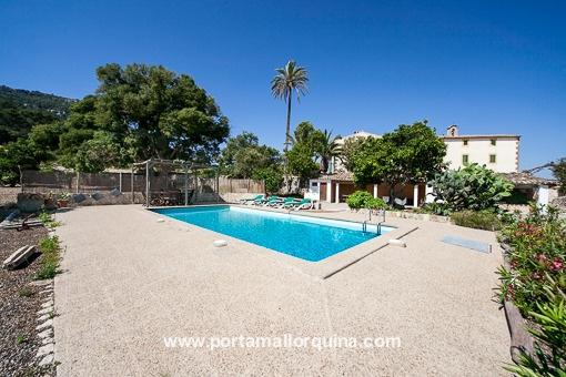 Swimmingpool mit großzügiger Terrasse