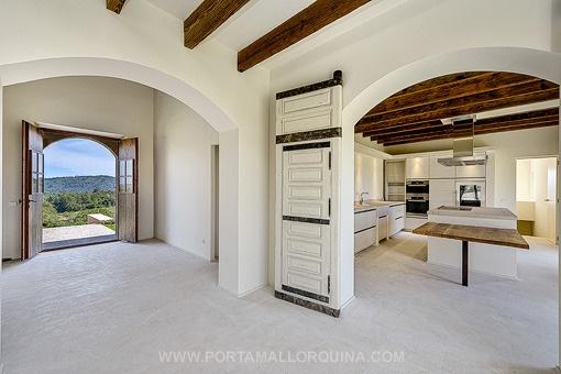 Offener Wohnbereich mit angeschlossener Küche