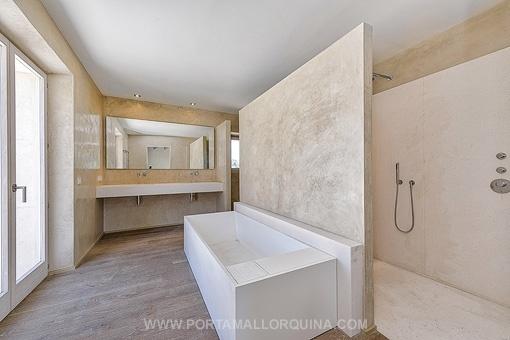 Großzügig gestaltetes Badezimmer