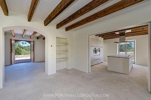 Essbereich mit Zugang zum Wohnbereich und der Küche