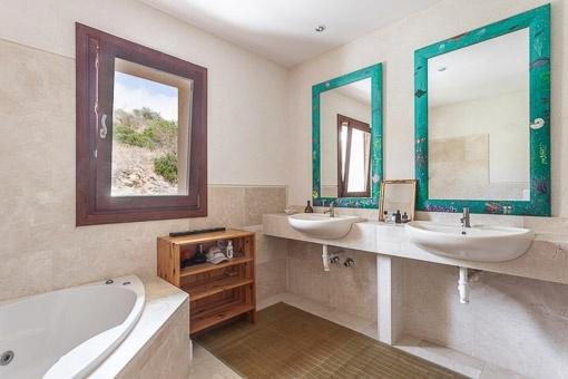 Exklusives Badezimmer mit Tageslicht