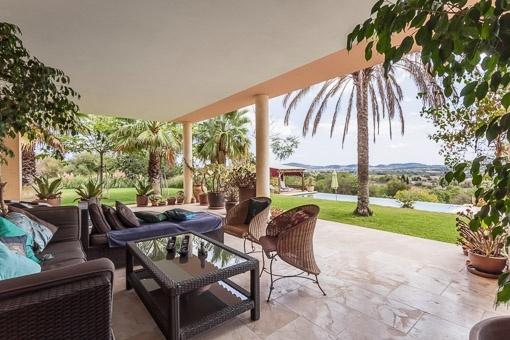 Überdachte Terrasse mit Blick in den gepflegten Garten