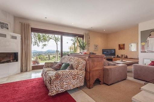 Wohnzimmer mit Wohlfühlatmosphäre und Kamin
