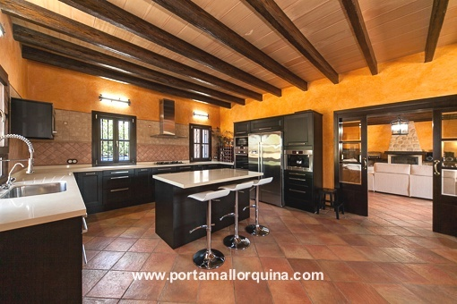 Moderne offene Küche mit Zugang zum Wohnzimmer