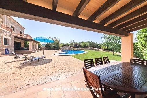 Freundlich überdachte Terrasse mit Swimmingpool