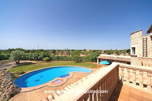 Fantastischer Landschafts- und Swimmingpoolblick vom Balkon