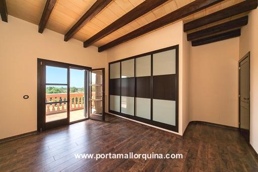 Modernes Badezimmer mit Zugang zum Balkon und Einbauschrank