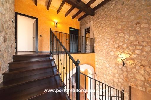Traditionelles Treppenhaus aus Natursteinen