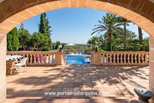 Einzigartiger Blick von der Terrasse auf den Swimmingpool
