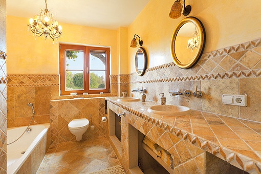 Badezimmer in Naturmarmor im Erdgeschoss