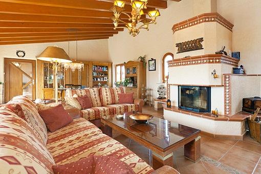 Wohnzimmer mit stilvollem Kamin