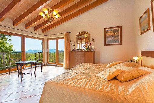 Hauptschlafzimmer mit Panoramablick auf das Umland