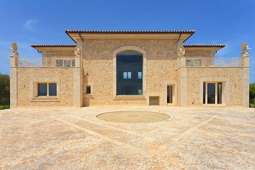 Frontansicht der repräsentativen Villa