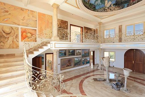 Eine dreiläufige U-Treppe führt zur Galerie