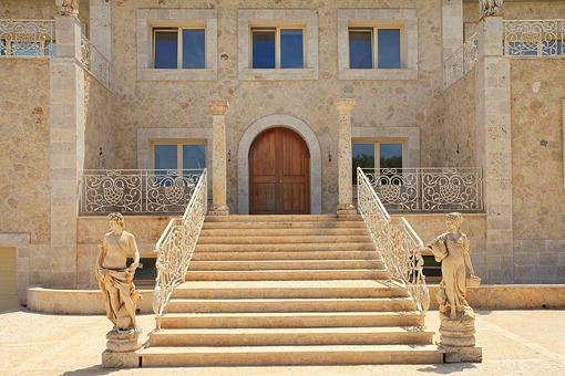 Prunkvolle, mehrstufige Treppe zum Eingangsbereich