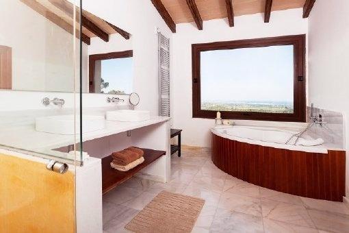 Modernes Badezimmer mit Badewanne und Tageslicht
